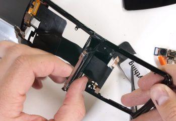 Moto RAZR 2019 este disecat de JerryRigEverything; Cum arată interiorul balamalei versus cea de pe Galaxy Z Flip? (Video) – Mobilissimo.ro
