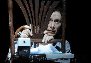 "spectacolul-recital-""Ȋnsemnarile-unui-nebun"",-in-regia-lui-felix-alexa,-prezentat-in-fnt-2020"