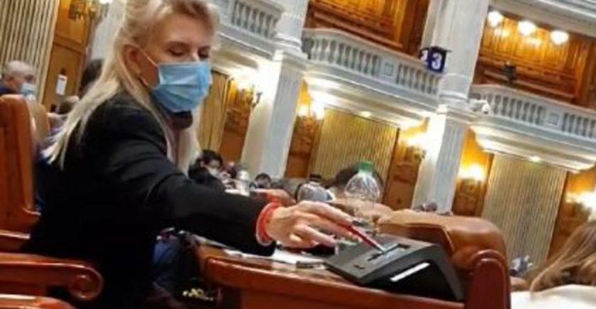 """video-""""vot-prin-delegare-in-parlament"""":-deputata-psd-matilda-goleac-voteaza-si-pentru-colega-vicol"""