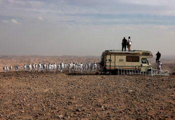 foto-200-de-persoane-pozat-nud-in-israel-pentru-fotograful-spencer-tunick,-in-apropierea-marii-moarte